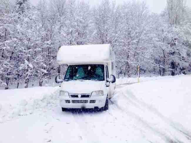 conducir por la nieve en autocaravana