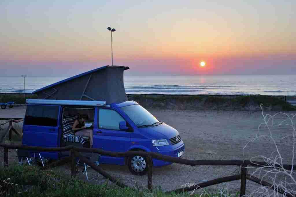 estacionar o acampar con autocaravana y caravana en portugal viaja con seguridad