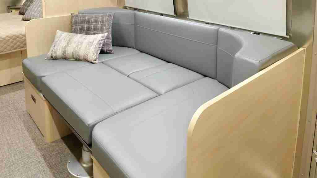 asiento de cuero convertible de la Autocaravana Airstream Flying Cloud