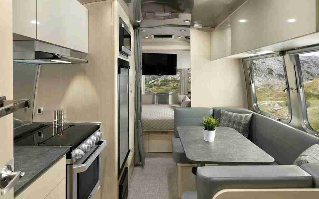 interior flying cloud de airstream para viajar en caravana con seguridad