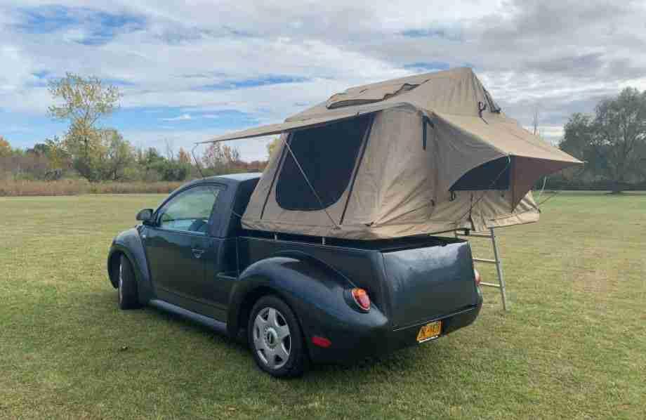 VW Beetle pick-up camper con tienda montada