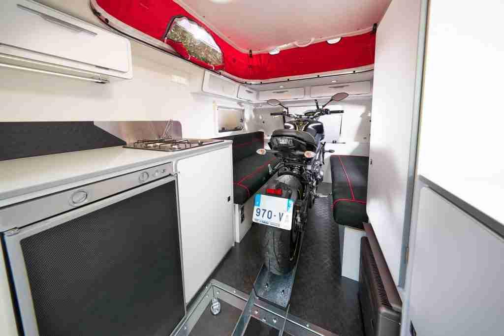 tu moto dentro de tu caravana