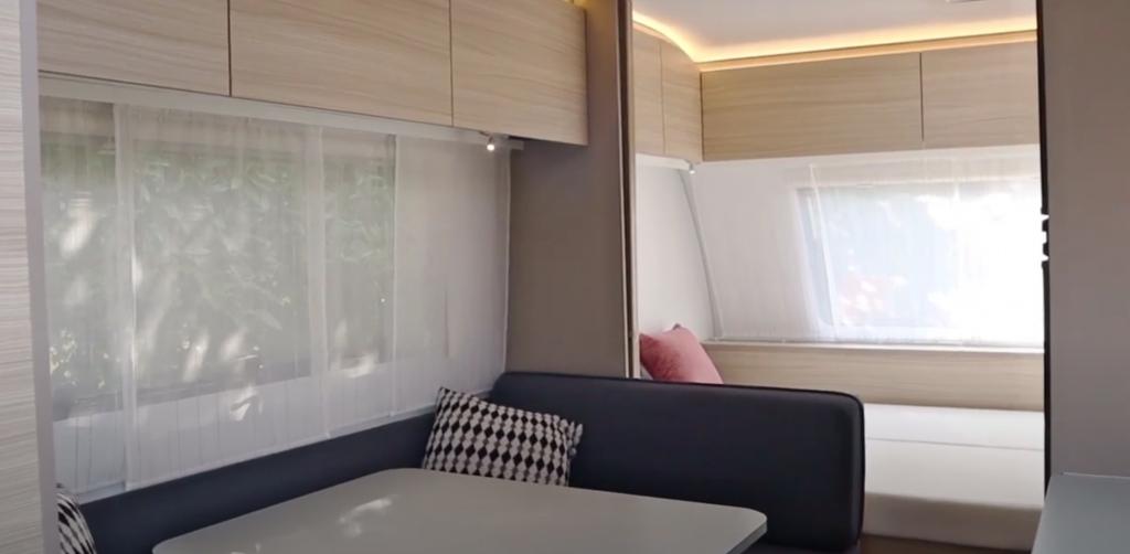Almacenamiento sobre la camas y la zona de comedor e iluminación caravan adria altea 542 pk