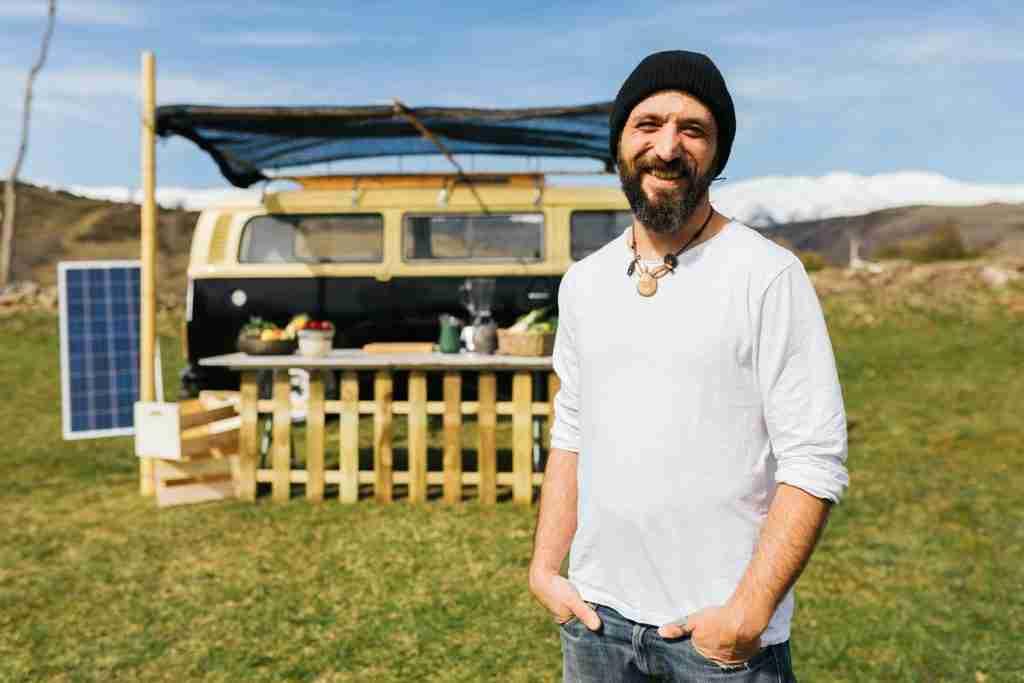 hombre con furgoneta acampada portugal